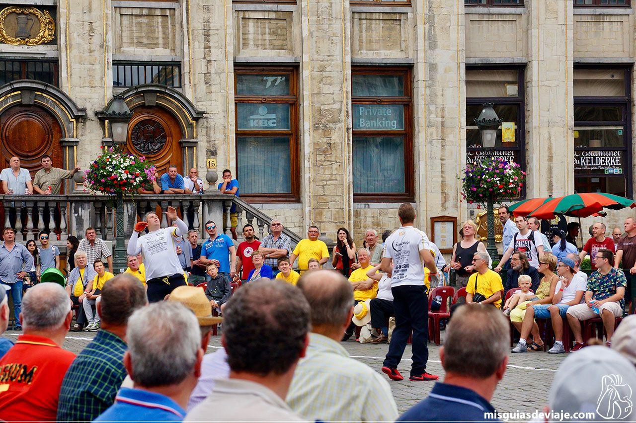 Juego de pelota en la Grand Place de Bruselas