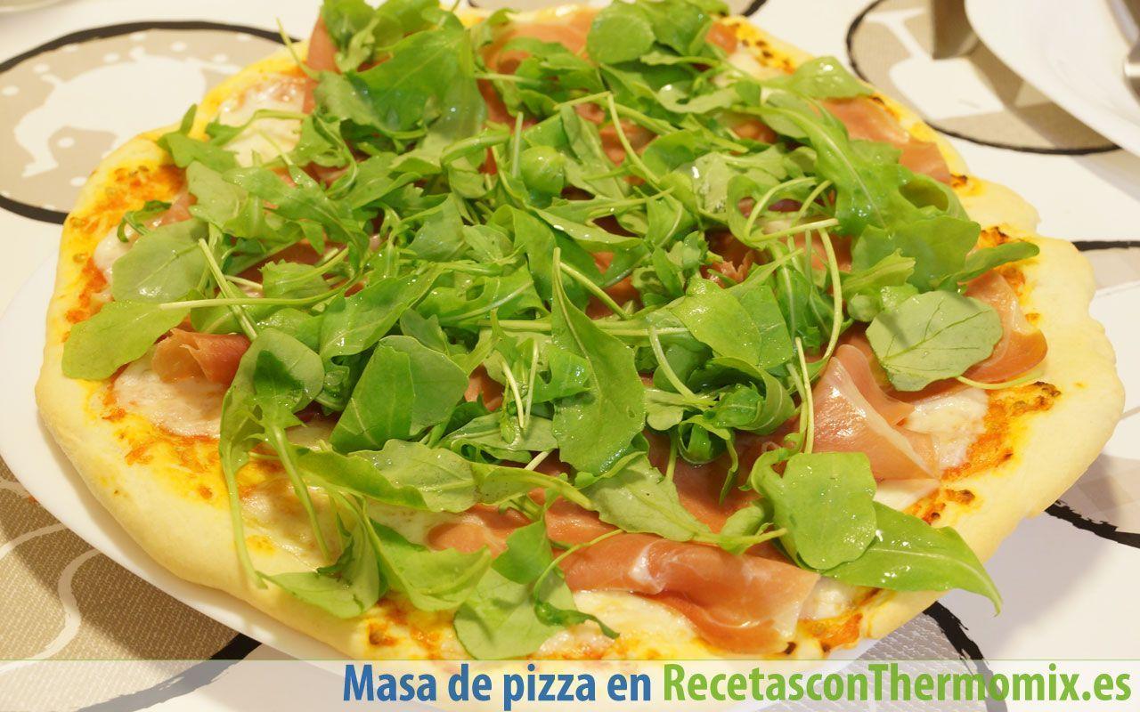Pizza de jamón y rúcula