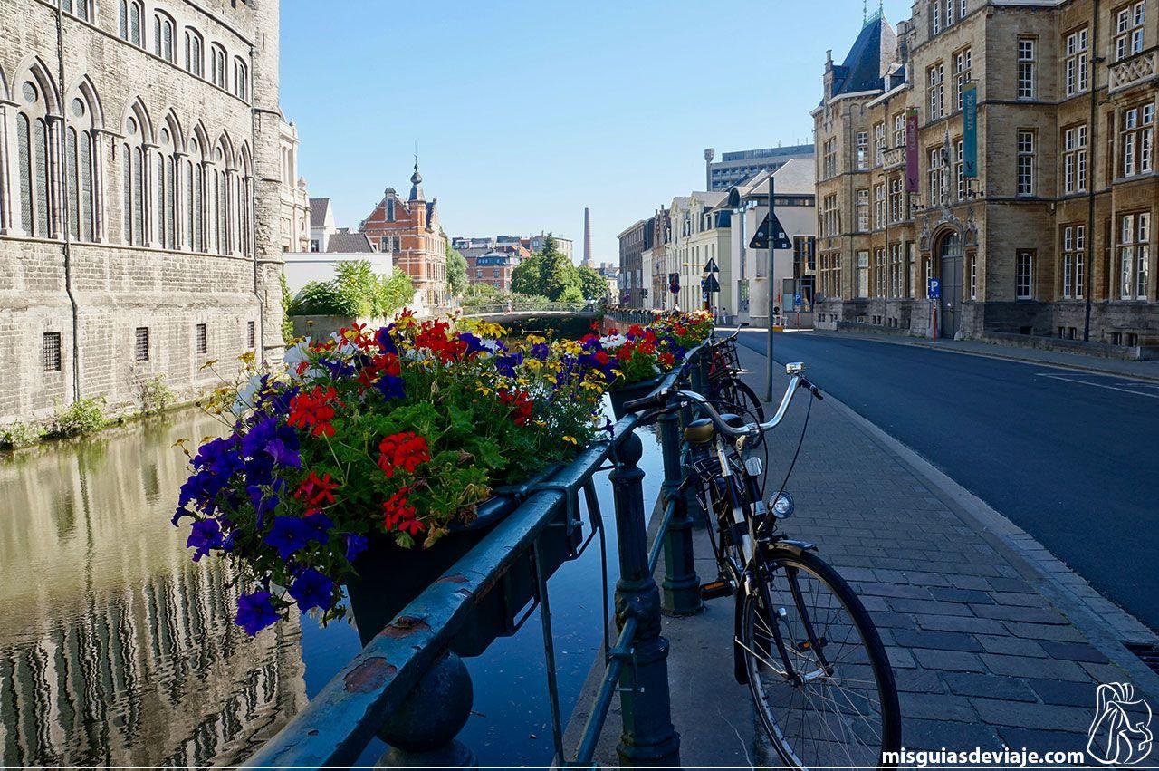 Bicicletas junto al canal en el castillo Gerardo el Diablo en Gante