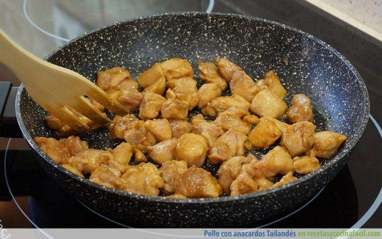 Cómo hacer pollo con anacardos estilo tailandes