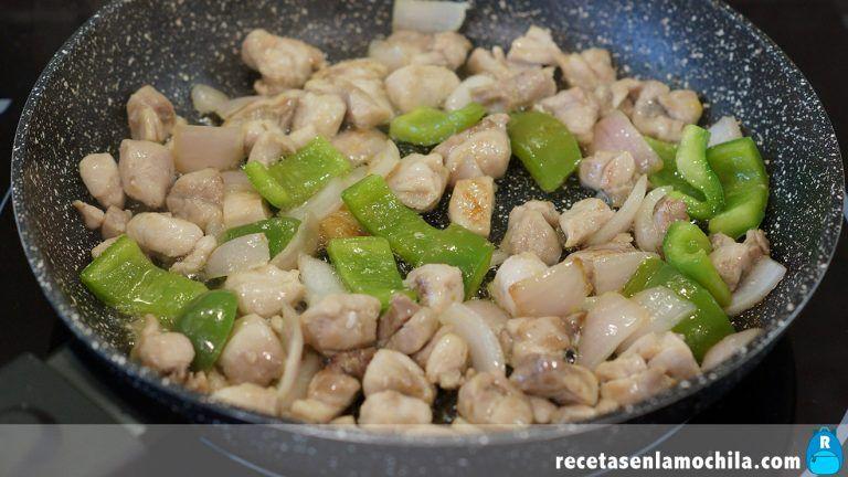 Cómo preparar arroz con pollo y anacardos