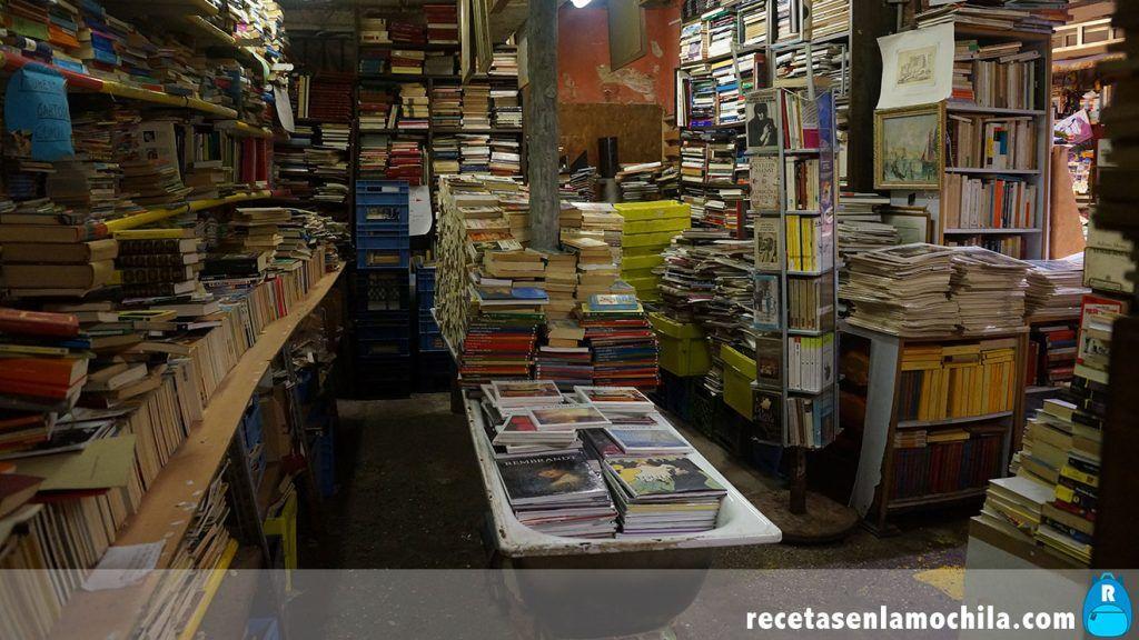 Bañera llena de libros en la librería acqua alta de Venecia