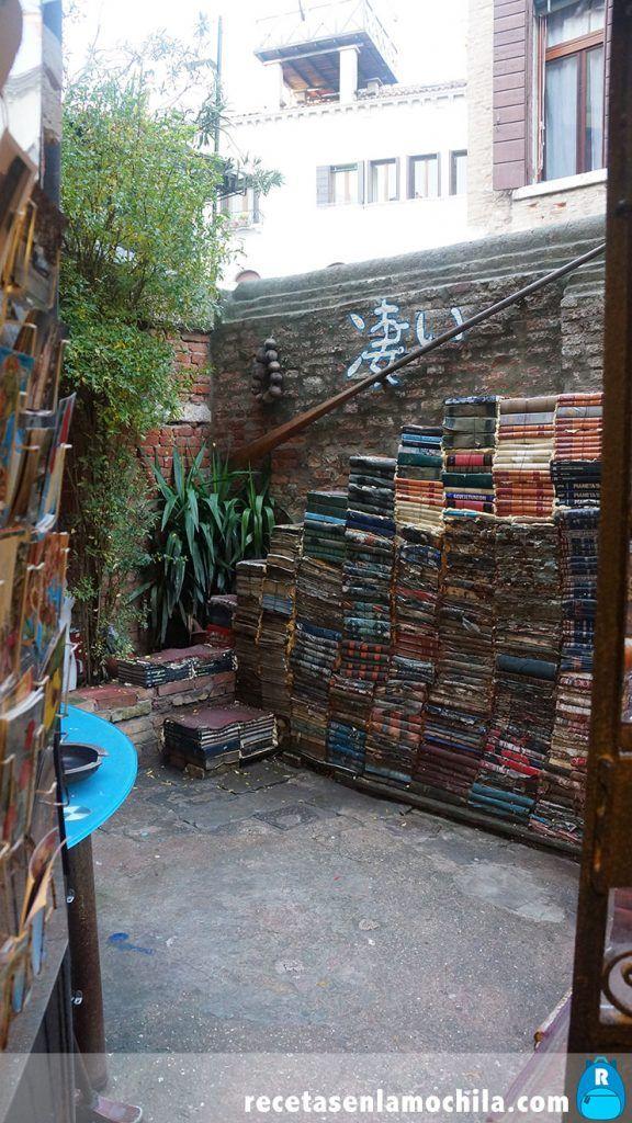 Escalera de libros en la librería acqua alta de Venecia