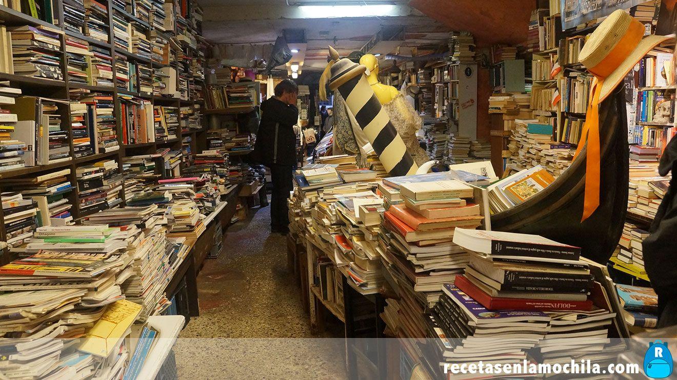 Gondola dentro de la librería acqua alta en Venecia