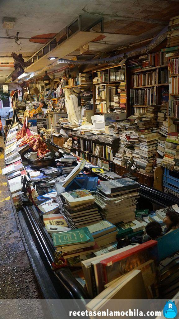 Góndola con libros en el interior de la librería Acqua alta