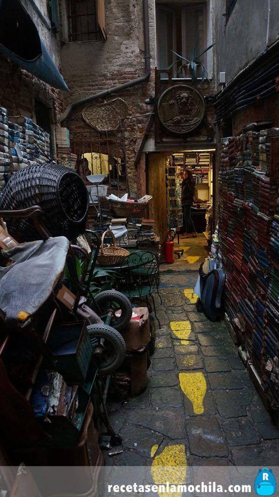 Patio con libros en la librería acqua alta de Venecia