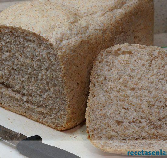 Detalle de la miga del pan semi integral de centeno con panificadora