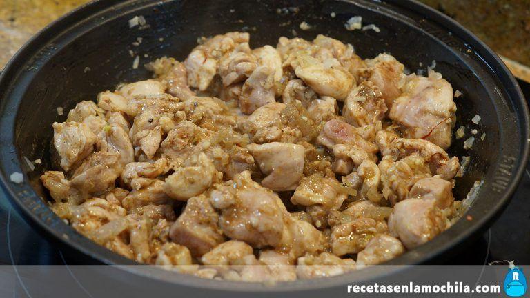 Cómo preparar tajín de pollo con dátiles