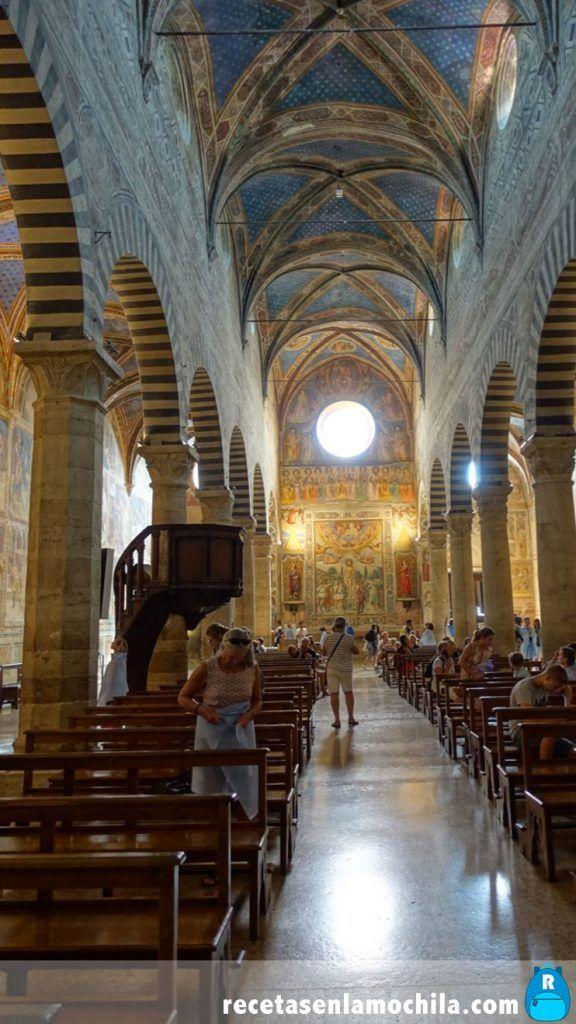 Interior de la basilica de Santa María Assunta en San Gimignano