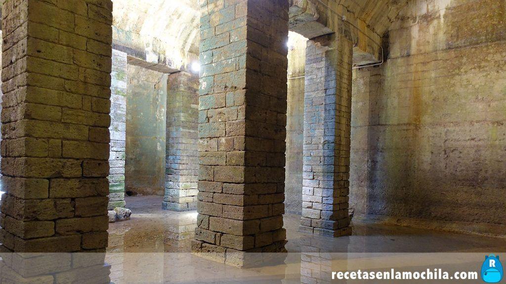 Interior de la cisterna etrusca en Volterra