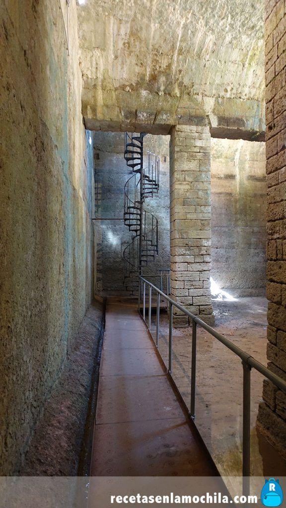 Escaleras de acceso a la cisterna etrusca en Volterra