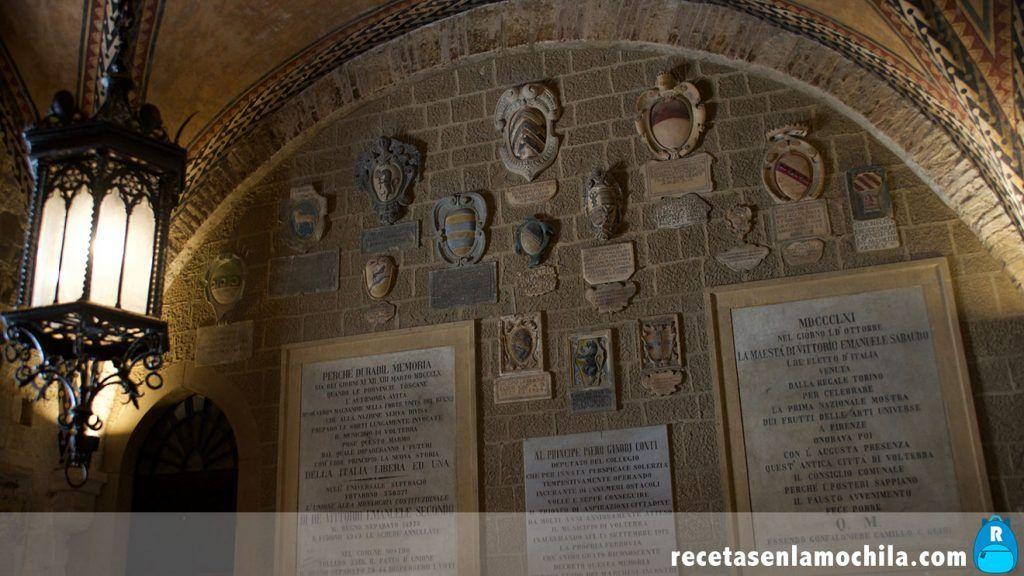 Escudos en el interior del Palacio Priori en Volterra