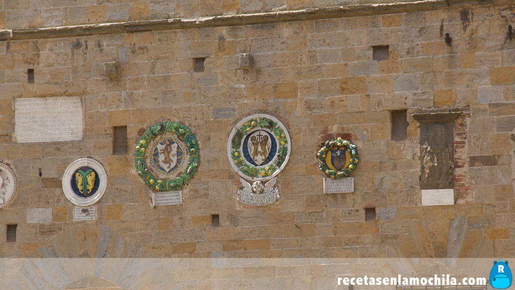 Escudos de la fachada del palacio Priori en Volterra