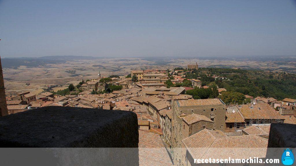 Vistas desde la torre del palacio Priori en Volterra