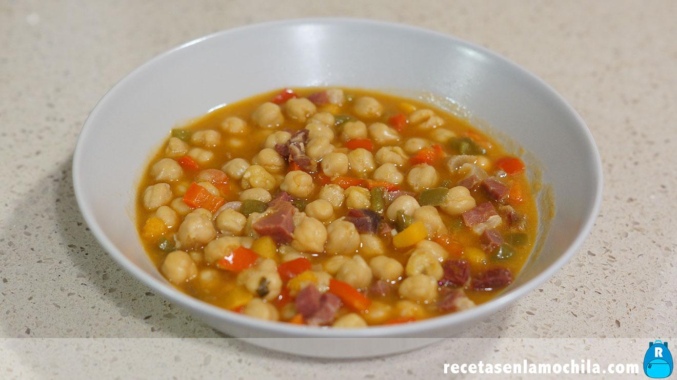 Garbanzos con verduras y jamón