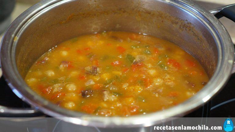 Cómo preparar garbanzos con verduras y jamón