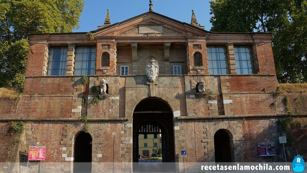 Puerta de las murallas de Lucca