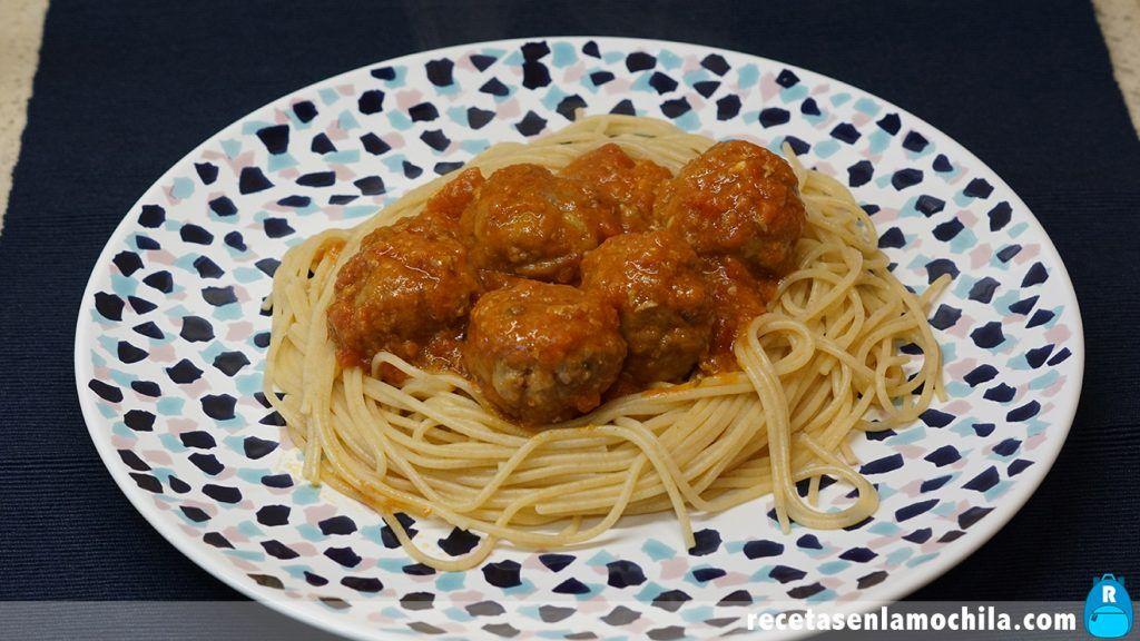 Albóndigas con tomate con espaguetis
