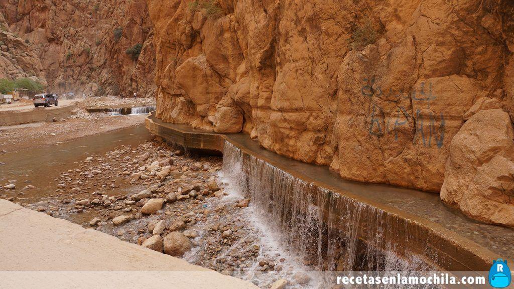 Canal de agua dentro de las gargantas de Todra