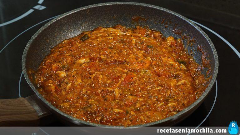 Cómo hacer unos macarrones rápidos con atún y tomate frito