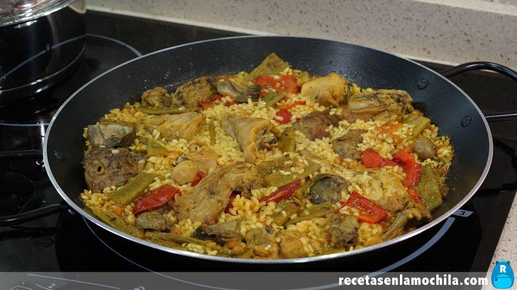 Paella de arroz con conejo